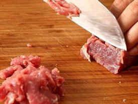 Dùng dầu lạnh hay nóng để xào thịt bò, nhiều người làm sai khiến thịt dai khô và dính chảo