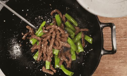 Dùng dầu lạnh hay nóng để xào thịt bò, nhiều người làm sai khiến thịt dai khô và dính chảo-3