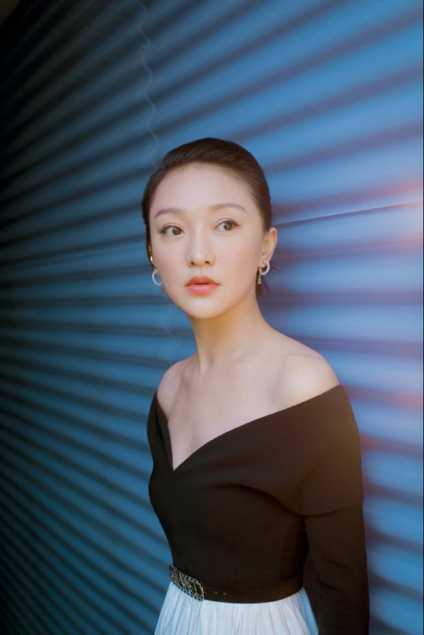 Giữa tin đồn đăng ký kết hôn với con gái của tình địch, Châu Tấn khi thì khoe xương quai xanh gợi cảm, lúc lại phô diễn đôi chân nuột nà tuổi 44-8