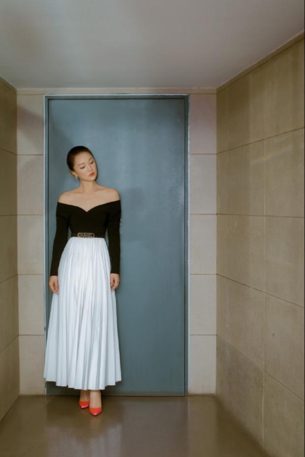 Giữa tin đồn đăng ký kết hôn với con gái của tình địch, Châu Tấn khi thì khoe xương quai xanh gợi cảm, lúc lại phô diễn đôi chân nuột nà tuổi 44-13