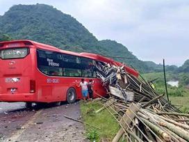 Xe khách đâm xe tải làm 2 người chết, 14 người bị thương