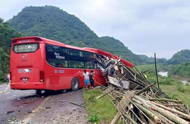 Xe khách đâm xe tải làm 2 người chết, 14 người bị thương-1