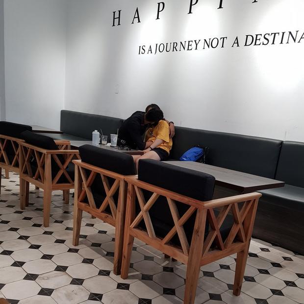 Ngứa mắt đôi tình nhân trẻ ôm hôn, sờ soạng thân thể nhau ngay trong quán tại quán cafe ở Sài Gòn-1