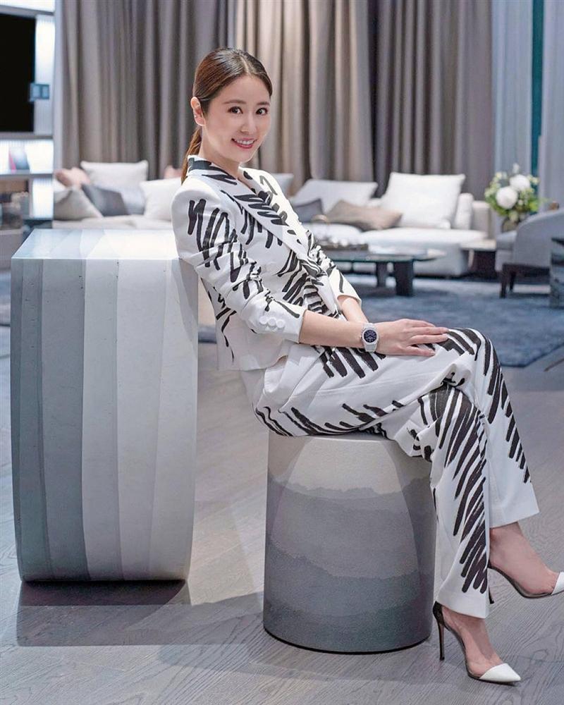 Mặc lại thiết kế Moschino, IU chặt đẹp dàn mỹ nhân châu Á từ Tóc Tiên, Lâm Tâm Như nhờ chiêu mix đồ chẳng giống ai-7
