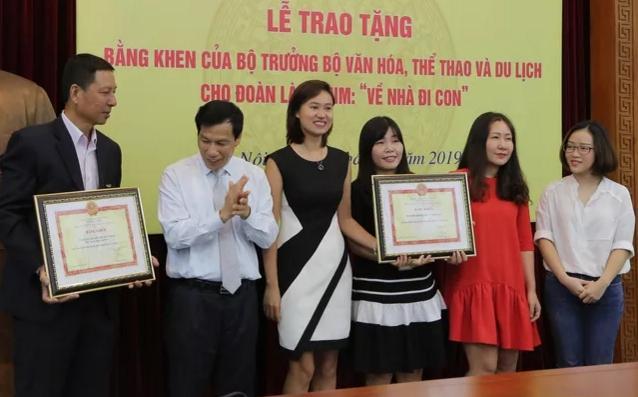 Ê-kíp Về nhà đi con vinh dự được Bộ trưởng Bộ Văn hóa, Thể thao và du lịch trao bằng khen-2