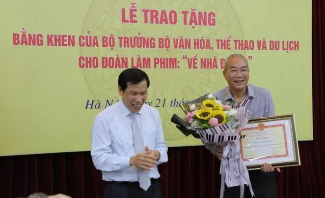 Ê-kíp Về nhà đi con vinh dự được Bộ trưởng Bộ Văn hóa, Thể thao và du lịch trao bằng khen-3