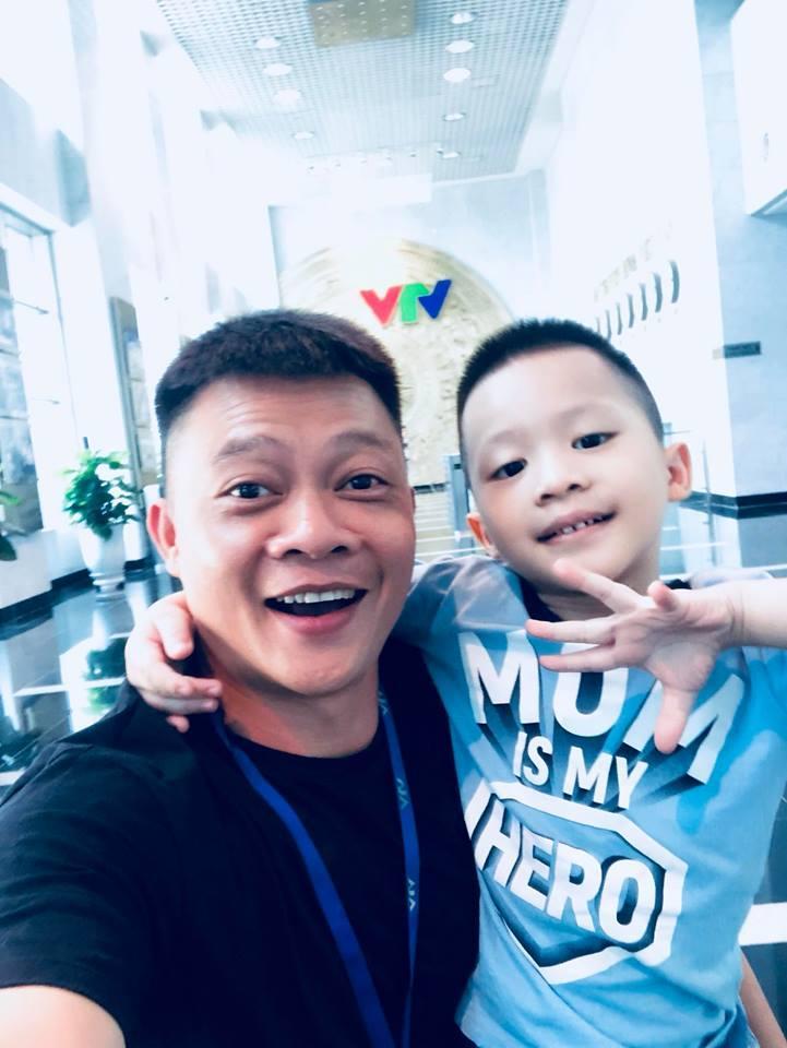 Lấy tên ca sĩ Tuấn Hưng mang ra chém gió với cô giáo, con trai 6 tuổi khiến BTV Quang Minh ngất trên cành quất-1