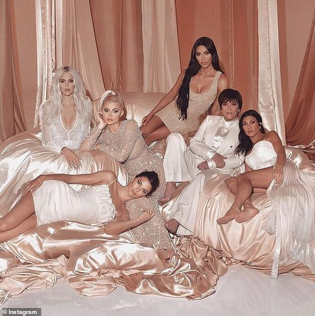Kim Kardashian bị photoshop lỗi, xuất hiện 6 ngón chân-2