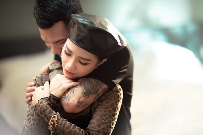 Vợ Khắc Việt có ghen khi chồng công khai ôm hôn gái lạ?-8