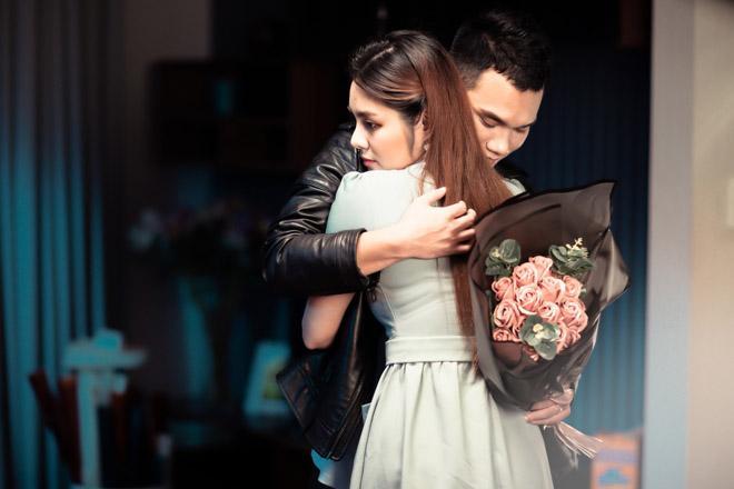 Vợ Khắc Việt có ghen khi chồng công khai ôm hôn gái lạ?-7