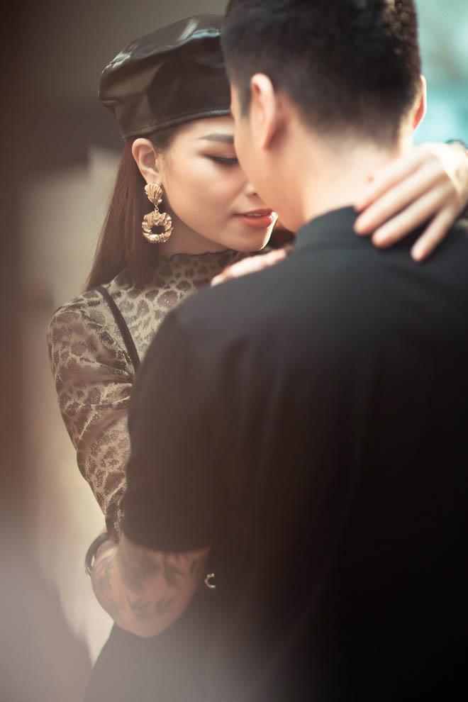 Vợ Khắc Việt có ghen khi chồng công khai ôm hôn gái lạ?-4