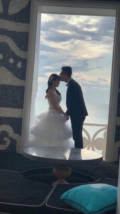 Không cá tính như khi chụp với siêu xe, con gái Minh Nhựa sexy hết nấc với váy cưới khoe vòng 1 cực khủng-5