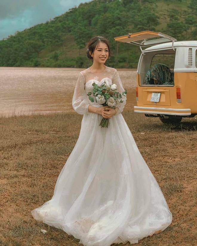 Không cá tính như khi chụp với siêu xe, con gái Minh Nhựa sexy hết nấc với váy cưới khoe vòng 1 cực khủng-10