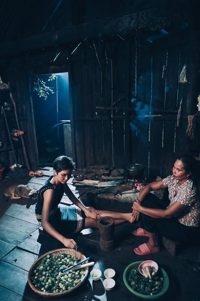 Bị nghi ngờ tự thêu dệt hoàn cảnh gia đình khó khăn, hoa hậu HHen Niê nói gì?-1