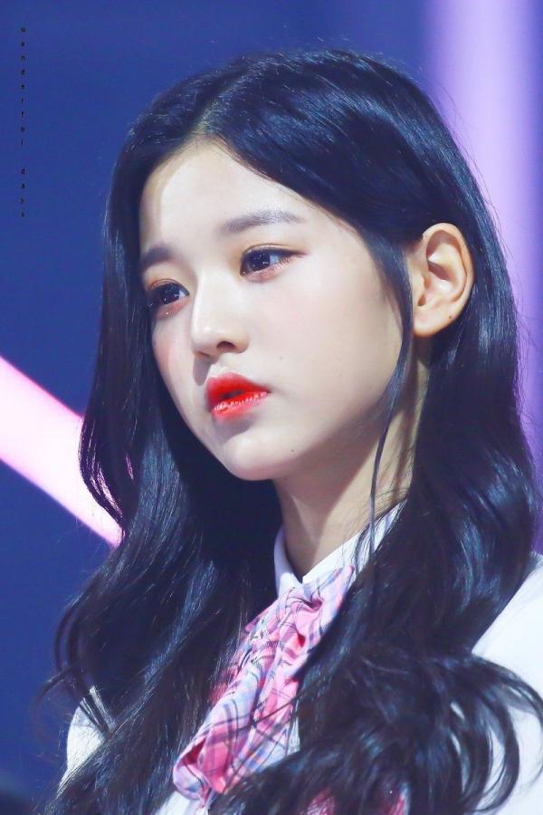 Được tâng bốc hơn cả Irene, Jisoo, center của IZ*ONE lại khiến netizen hết hồn vì mặt mộc đen nhẻm-1