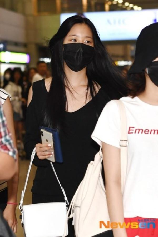 Được tâng bốc hơn cả Irene, Jisoo, center của IZ*ONE lại khiến netizen hết hồn vì mặt mộc đen nhẻm-3