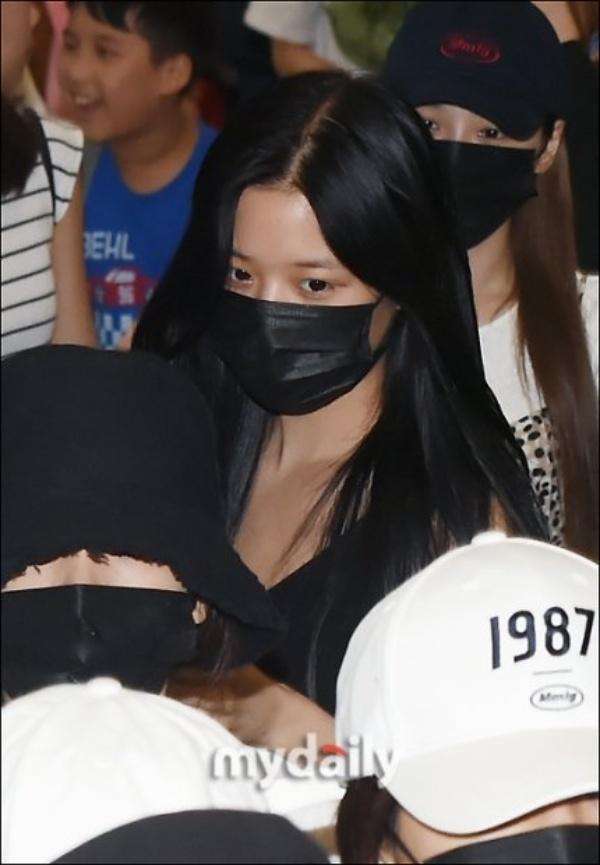 Được tâng bốc hơn cả Irene, Jisoo, center của IZ*ONE lại khiến netizen hết hồn vì mặt mộc đen nhẻm-5