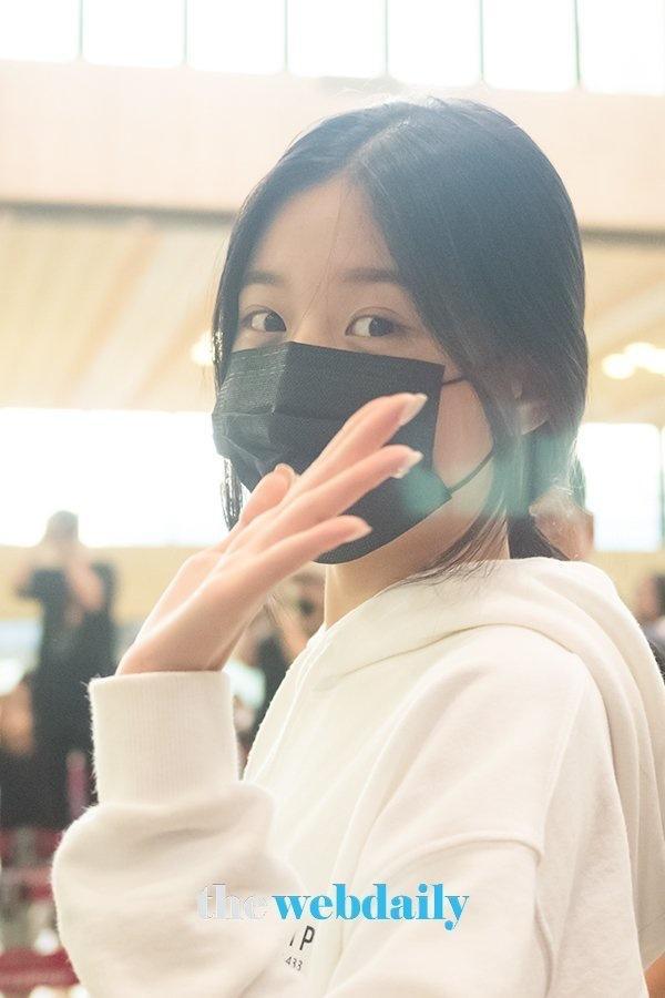 Được tâng bốc hơn cả Irene, Jisoo, center của IZ*ONE lại khiến netizen hết hồn vì mặt mộc đen nhẻm-6
