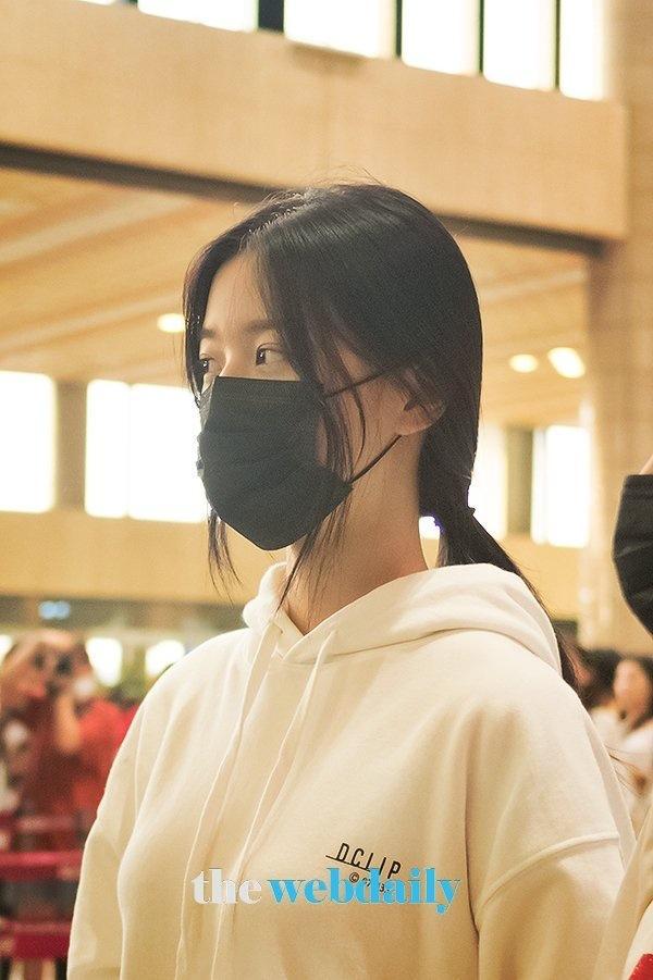 Được tâng bốc hơn cả Irene, Jisoo, center của IZ*ONE lại khiến netizen hết hồn vì mặt mộc đen nhẻm-7