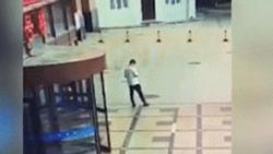 Clip: Hãi hùng nhìn bệnh nhân nhảy lầu tự tử, thanh niên ở dưới bị rơi trúng bất tỉnh luôn