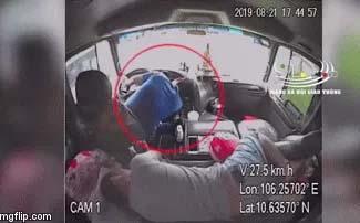 Clip: Đang lái xe, tài xế bị đột quỵ, đổ gục ra vô lăng và phản ứng cực nhanh của phụ xế làm ai cũng run bắn người-1