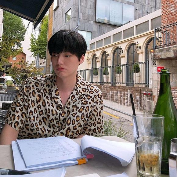 Chê vợ không quyến rũ nhưng Ahn Jae Hyun lại sở hữu gu thời trang nhạt nhòa khiến người hâm mộ ngán ngẩm-5