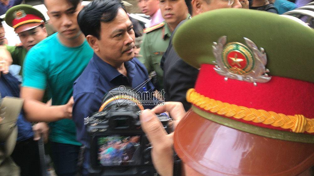 Ông Nguyễn Hữu Linh đến tòa trong hàng rào bảo vệ dày đặc-1