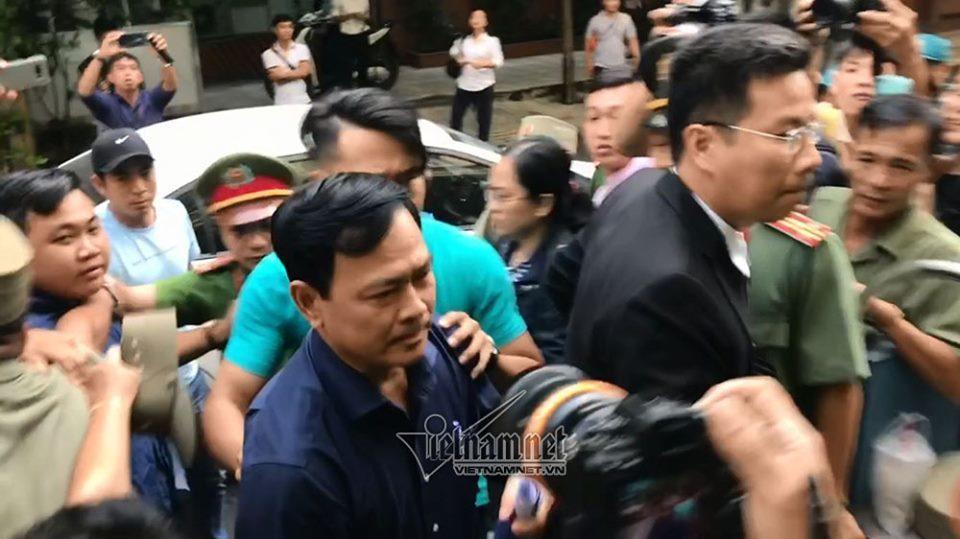Ông Nguyễn Hữu Linh đến tòa trong hàng rào bảo vệ dày đặc-2