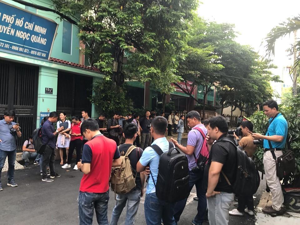 Ông Nguyễn Hữu Linh đến tòa trong hàng rào bảo vệ dày đặc-3