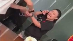 Clip: Nữ đại úy công an kêu gào ở sân bay 'nó khóa tay tôi, nó làm hỏng đồng hồ 6.000 đô của tôi'