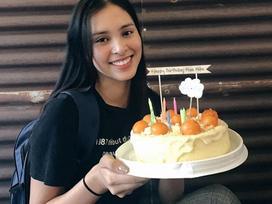 Hoa hậu Tiểu Vy để mặt mộc khi đón sinh nhật tuổi 19