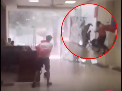 Clip: Cuồng phong bão ngay tại chung cư Linh Đàm, thanh niên bị gió thổi bay trong chớp mắt-2