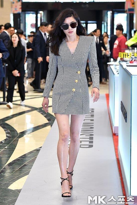 Fan tranh cãi khi Yoona đụng hàng váy 2.100 USD với 2 mỹ nhân Hàn-4