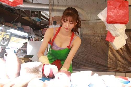 Đứng bán cá, cô gái vẫn hút khách ầm ầm vì sở hữu vòng một vô cùng bốc lửa-1