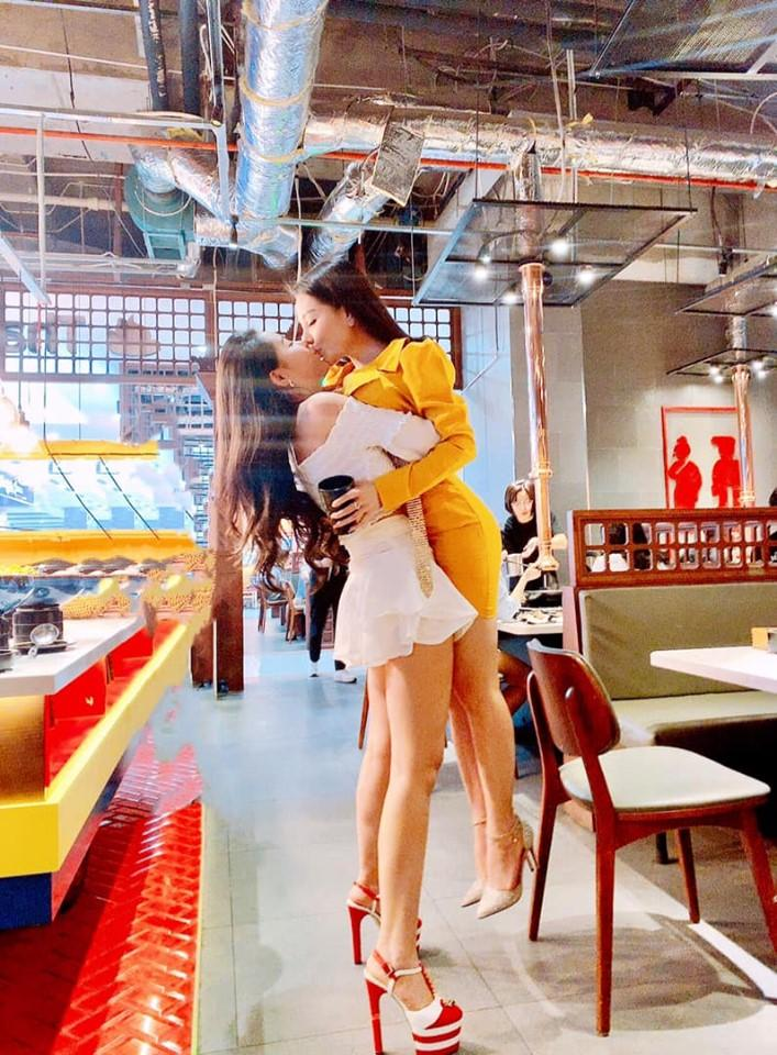 Diện trang phục ngắn cũn cỡn hôn bất chấp giữa quán ăn nhưng bất ngờ nhất vẫn là danh tính của 2 gái xinh-1