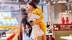 Diện trang phục ngắn cũn cỡn hôn bất chấp giữa quán ăn nhưng bất ngờ nhất vẫn là danh tính của 2 gái xinh