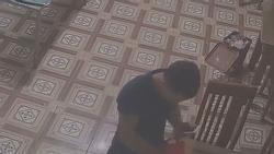 Clip: Đang phụ bếp, cô gái bị nam thanh niên vào tận nơi tạt axit hỏng một bên mắt, mặt bỏng nặng