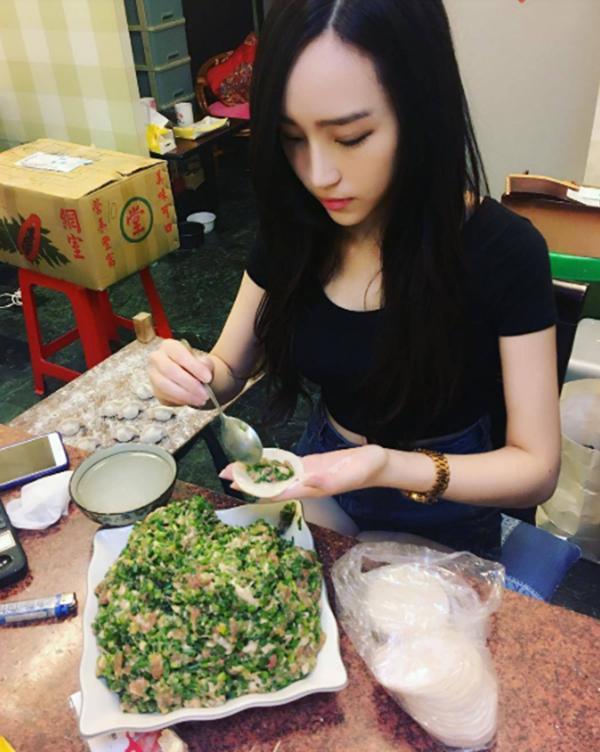 Cô gái bán được cả 10 ngàn chiếc bánh bao mỗi ngày chỉ vì ngoại hình siêu bốc lửa-4