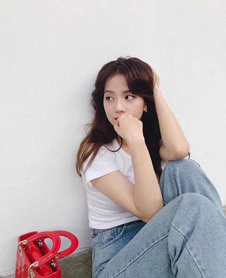Chẳng ăn diện cầu kỳ, BLACKPINK Jisoo vẫn đốn tim fans với vẻ ngoài xinh đẹp-2