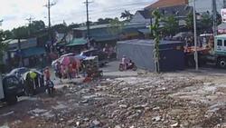 Clip: Thùng xe container rơi xuống đường, người phụ nữ đi xe máy vội vã bỏ chạy thoát thân