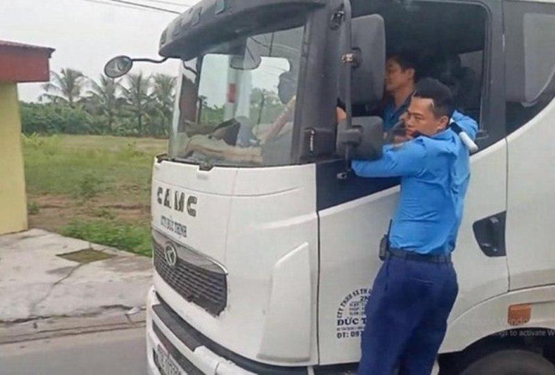 VZN News: Thanh tra giao thông Hải Phòng đánh đu, xe quá tải bỏ chạy 3km-1