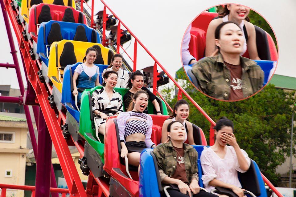 Chết cười biểu hiện của thanh niên cứng chơi trò đi tàu cao tốc trên cao mặt không biến sắc trong khi chị em xung quanh la hét ầm ĩ-2