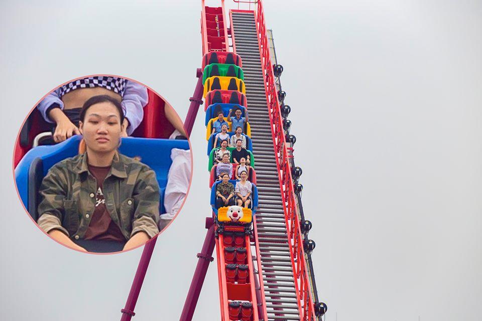 Chết cười biểu hiện của thanh niên cứng chơi trò đi tàu cao tốc trên cao mặt không biến sắc trong khi chị em xung quanh la hét ầm ĩ-3