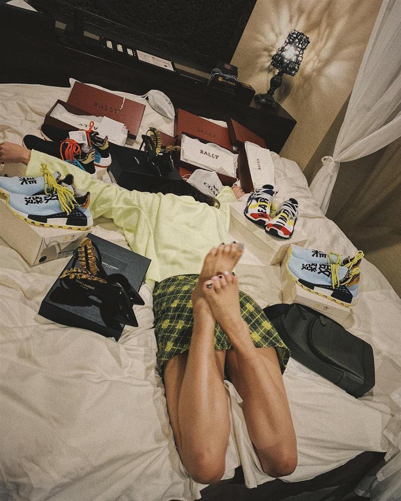 Choáng ngợp với tủ giày hàng trăm đôi cực kỳ xịn xò của Văn Mai Hương-3
