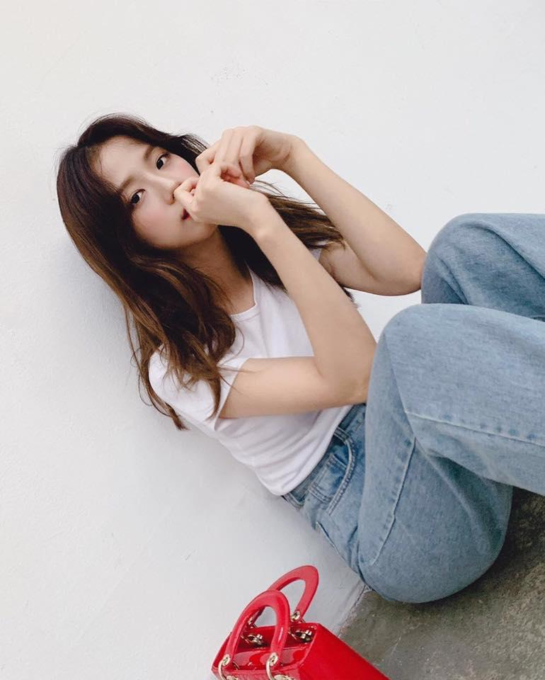 VZN News: Đẳng cấp visual là đây: Jisoo BlackPink đẹp hết phần thiên hạ dù chỉ mặc áo phông trắng, quần jeans basic-2