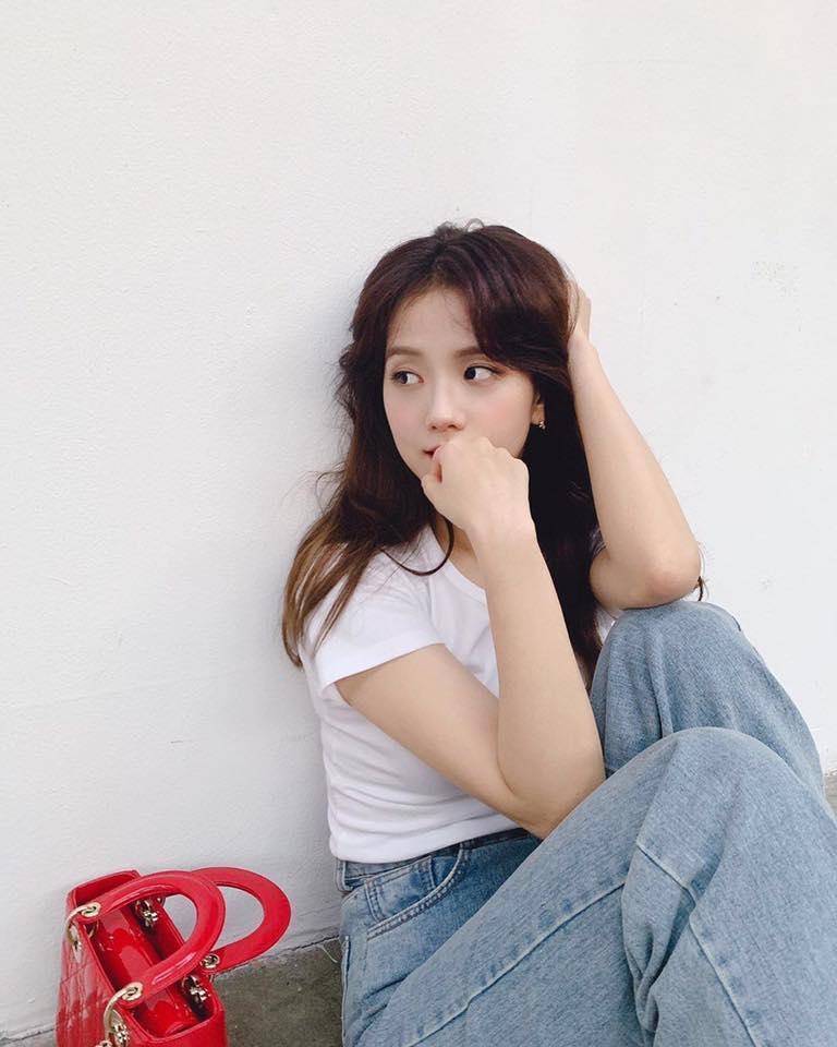 VZN News: Đẳng cấp visual là đây: Jisoo BlackPink đẹp hết phần thiên hạ dù chỉ mặc áo phông trắng, quần jeans basic-3