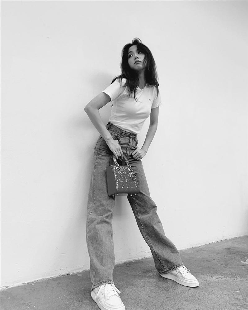 VZN News: Đẳng cấp visual là đây: Jisoo BlackPink đẹp hết phần thiên hạ dù chỉ mặc áo phông trắng, quần jeans basic-1