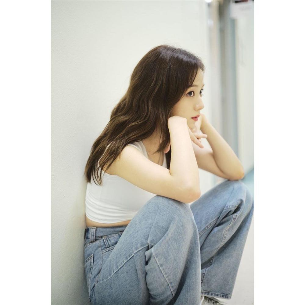 VZN News: Đẳng cấp visual là đây: Jisoo BlackPink đẹp hết phần thiên hạ dù chỉ mặc áo phông trắng, quần jeans basic-13