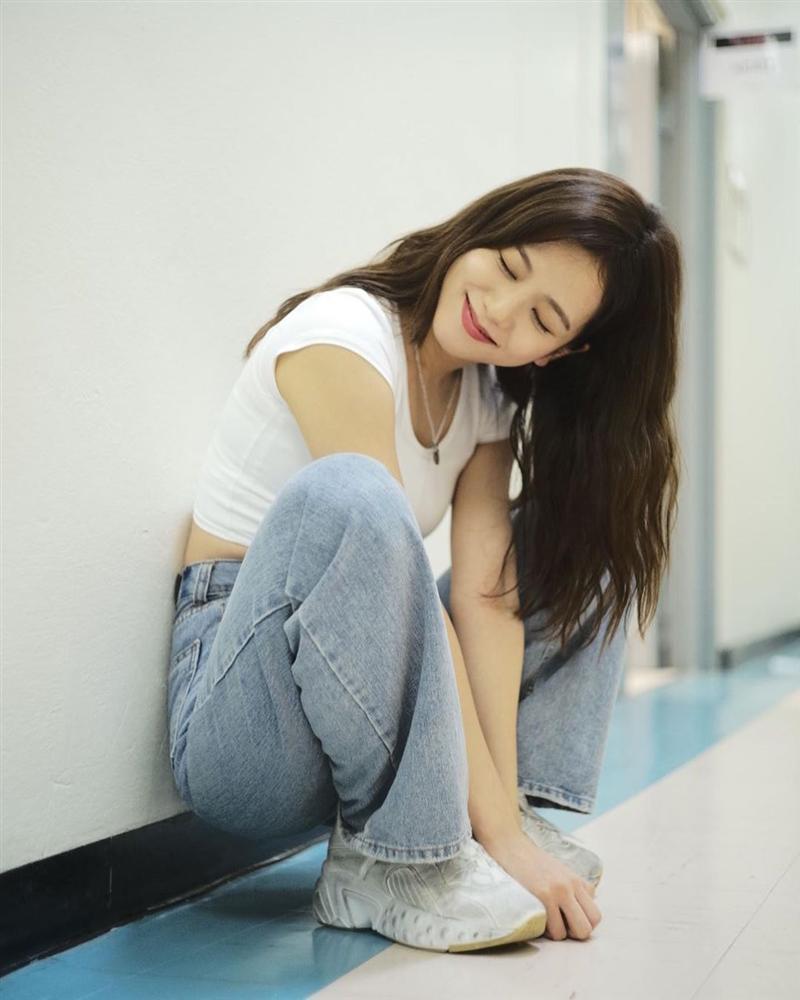 VZN News: Đẳng cấp visual là đây: Jisoo BlackPink đẹp hết phần thiên hạ dù chỉ mặc áo phông trắng, quần jeans basic-11