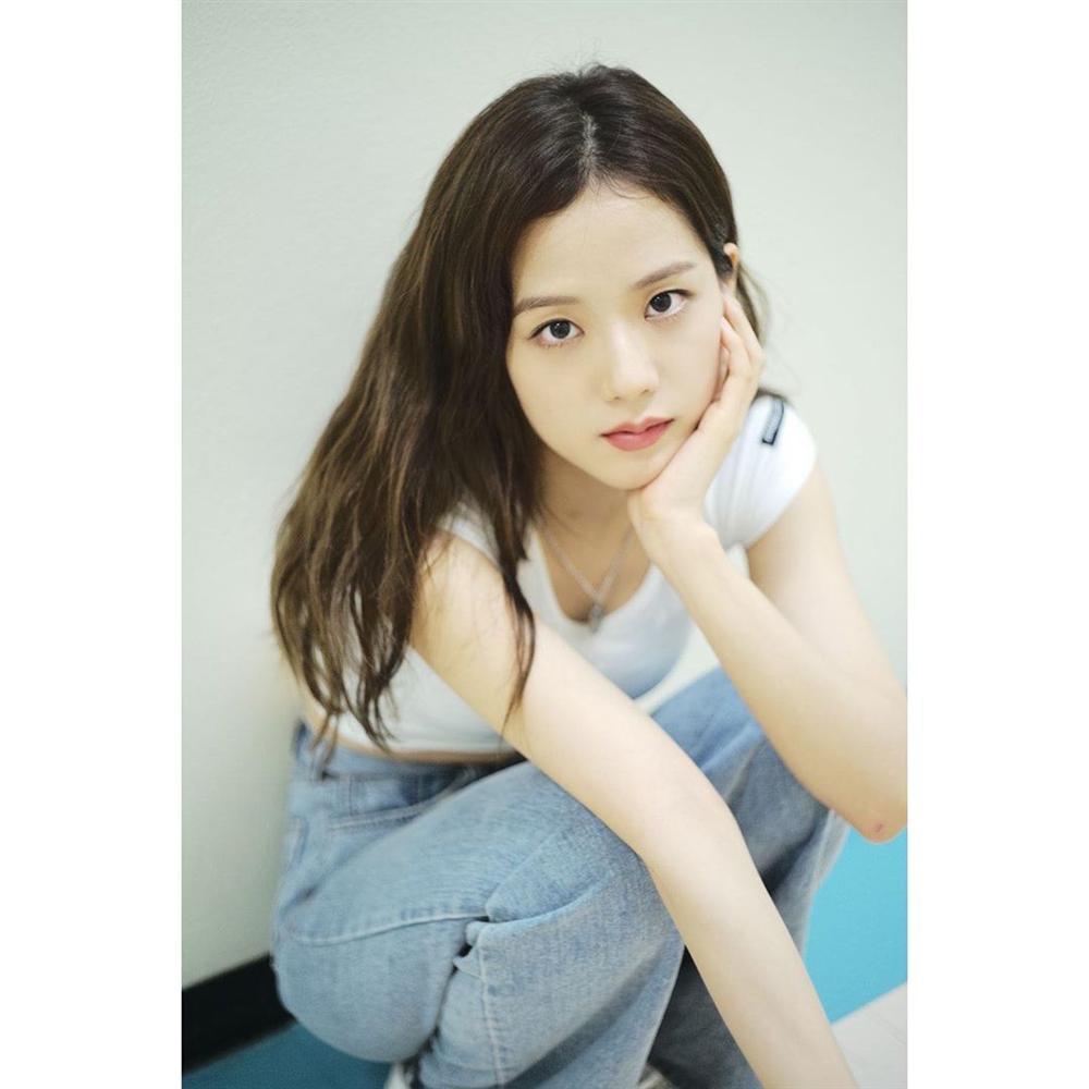 VZN News: Đẳng cấp visual là đây: Jisoo BlackPink đẹp hết phần thiên hạ dù chỉ mặc áo phông trắng, quần jeans basic-14